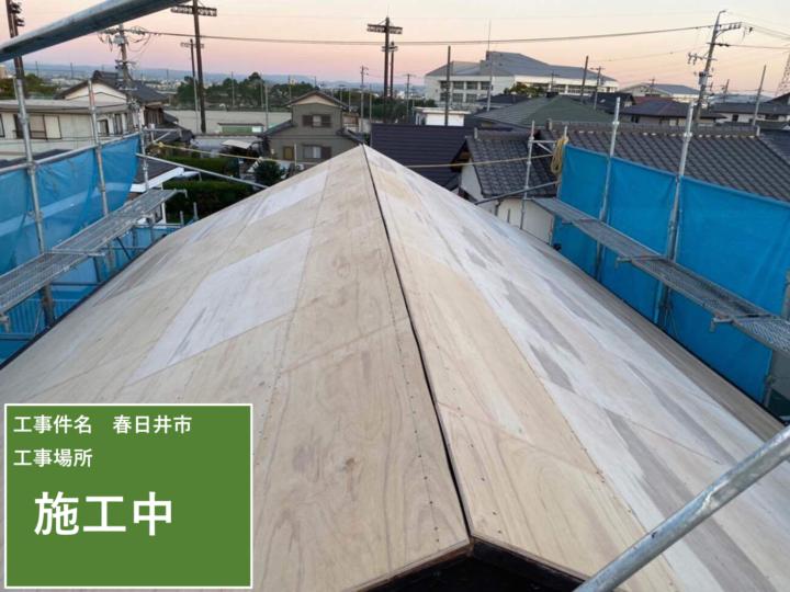 屋根下地貼り作業